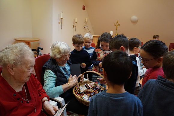 Fr. Scheid verteilt Süßigkeiten an die Erstklässler der GS Neckargemünd