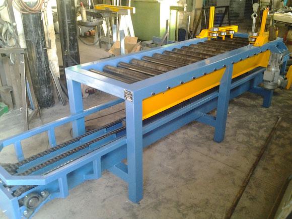 bancada de transporte mixto cadenas y rodillos para transporte de piezas de 500Kg con traccion en todos los rodillos y centrador final para amarre automatizado