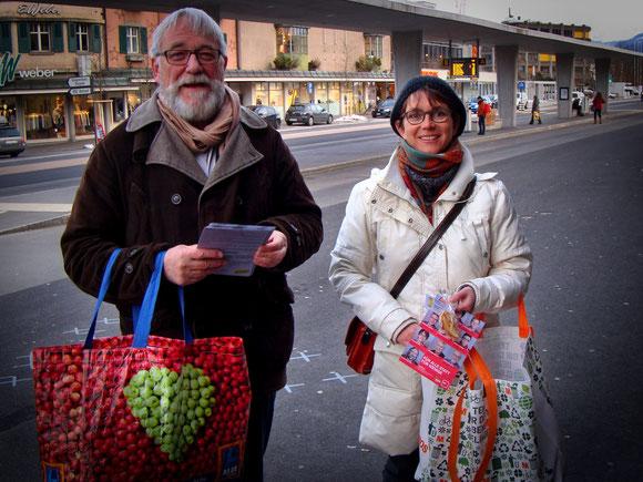 Hans Jörg Fehle und Petra Kohler sind bereit um Menschen mit Apfelringen zu beglücken