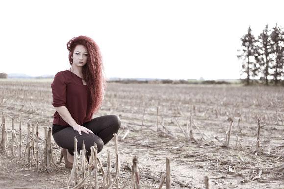 Herbst in Memmingen - Fotoshooting mit Model auf einem Feld außerhalb der Stadt