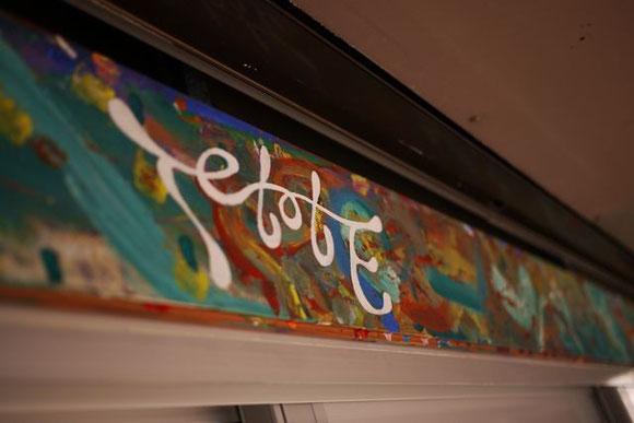 個性的なペイントがお出迎え。店の内部も、さまざまなアート作品で彩られている。