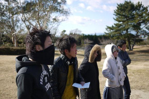 シャニゴッコのルール説明を聞く参加者たち