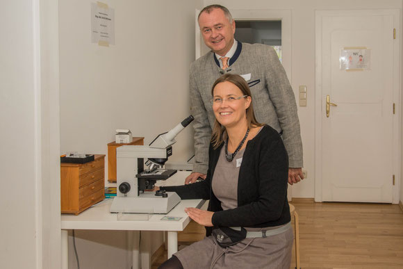Hans Stefan Hintner und Katja Higatzberger vor einem Mikroskop.