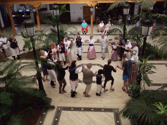 Folkloregruppen feiern am 25. Mai mit uns Gästen den Nationalfeiertag der Insel
