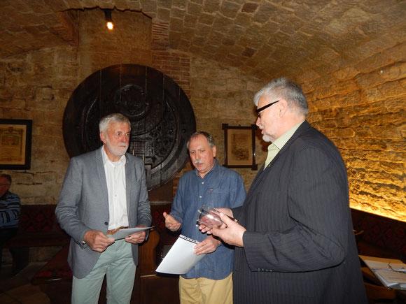 Waldemar Wörner erhält aus dr Hand von Rolf Schwabbacher und Volker Strub einen Ehrenpreis für seine Erfolge im Jahre 2019.