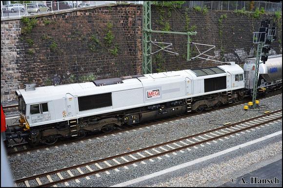 Am 5. Mai 2015 zieht eine Class 77 der MEG (NVR-Nr.: 92 87 0077 012-8 F-ECR) einen leeren Zementzug durch Chemnitz Hbf. Vorspann hat 143 310-1 (MEG 607)