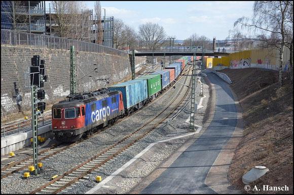 Ein Containerzug um Zuglok 421 387-2 wird am 28. März 2015 über Chemnitz Hbf. umgeleitet. Kurz vorm Bahnhof entstand dieses Bild
