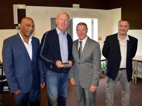 Joël Bonneval entouré du Président Délégué Pascal Tranquille et du Président du District Marcel Glavieux