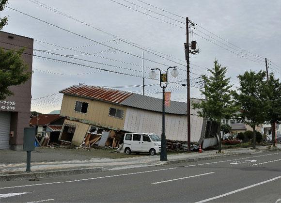 写真2 むかわ町市街地の被害状況(撮影:陶野郁雄)