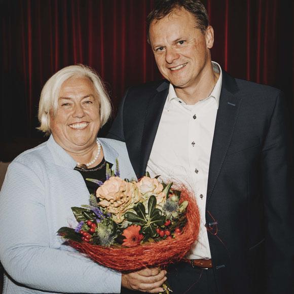 Der erste Vorsitzende gratuliert Barbara Bogner zur Nominierung als Bürgermeisterkandidatin