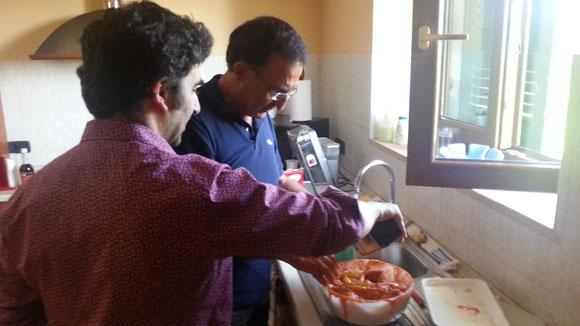 Aleesndro UME e Tony GOJ intenti a preparare un ottimo pollo Tandoori.
