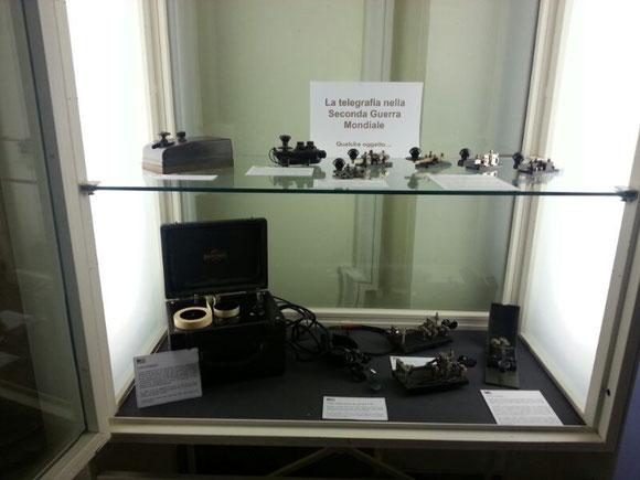 Alcune vetrine esposte all'interno del museo in Villa Adele, dove vi sono esposti i tasti verticali utilizzati nel periodo del II° Conflitto Mondiale.