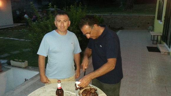 Sante KBN e Tony GOJ intento a porzionare le costolette alla griglia con balsamico