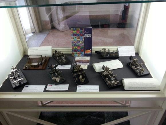 Alcune vetrine esposte all'interno del museo in Villa Adele. Qui vi sono esposti i tasti semiautomatici utilizzati dalle truppe alleate durante il periodo del II° Conflitto Mondiale.