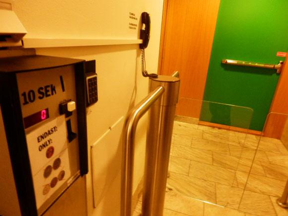 三越・高島屋みたいなデパートのトイレも有料。10SEK(約150円)です