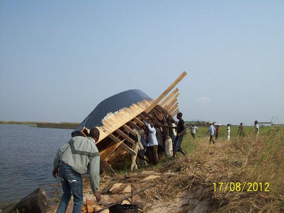 dans une operation de la mise en flotte au chantier  de Bongo Baleiniere à Kinkole
