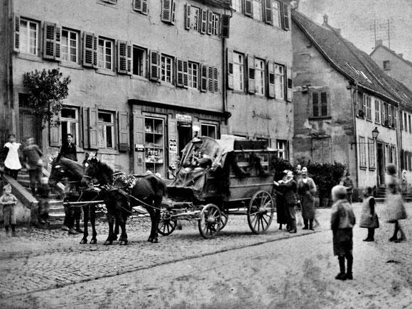 1919,   Die letzte Postkutsche fuhr am 4. Oktober 1919 in Otterberg ab. Poststation Haus Ferkel und rechts Alte Apotheke, Bild: Archiv