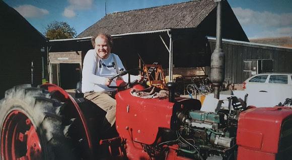 Bram op de oude tractor