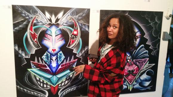 Kaldea Nakajima vor 2  ihrer Werke