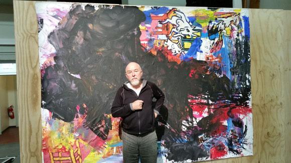 Theo Altenberg vor einem seiner Werke, fotografiert von Ralf-Peter Begemann