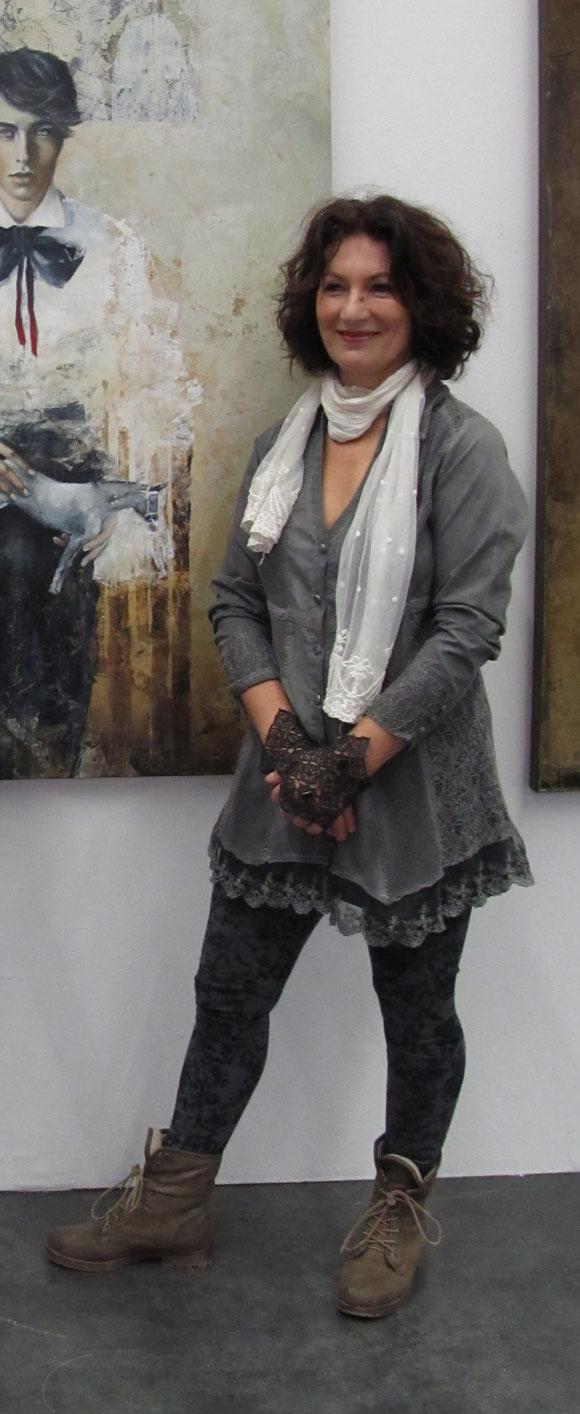 Margit J. Füreder vor einem ihrer Werke