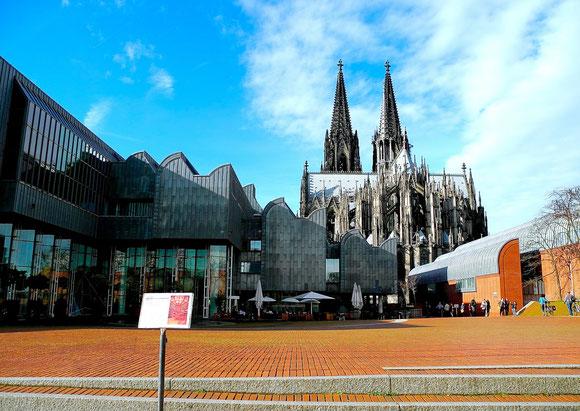 Unter dem Platz befindet sich die Philharmonie. Schallwellen stören, daher ist ein Teilstück des Platzes zeitweise gesperrt.