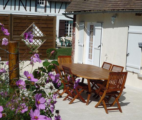 La terrasse avec son salon de jardin