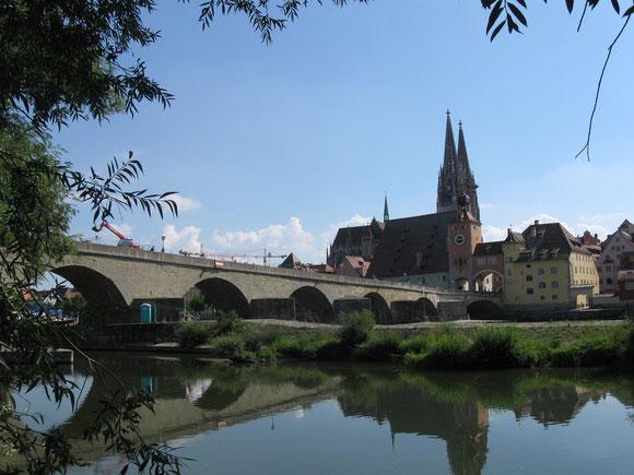 """Regensburg mit Dom St. Stephan und der """"Steinernen Brücke"""" über die Donau"""