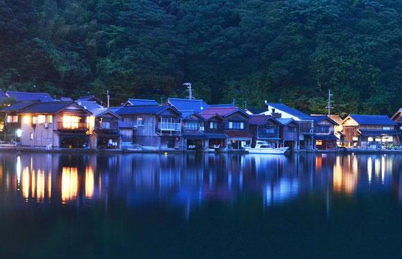 伊根の舟屋のブルーモーメント Photo By HomiSiratori