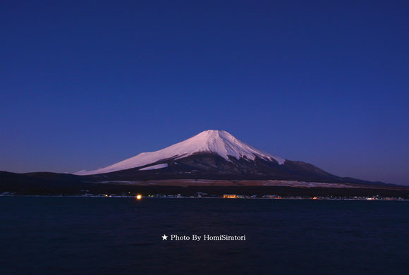黎明期の富士山、山中湖湖畔より。Photo By 三浦俊裕