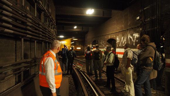 in der Unterwelt von Berlin mit der BVG, Vorsicht die UBahn kommt
