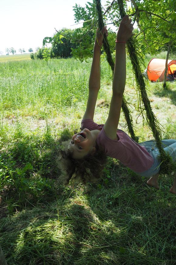 selbst gebaut aus Gras und sie schaukelt
