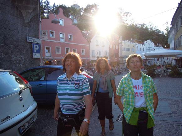 In Bruneck. Es ist herrlich ohne Rucksack ein wenig durch die Altstadt zu streunen.Zeit hatten wir ja. Immerhin sind wir schon um 16:15 hier angekommen und ein Quatier haben wir bei der goldenen Krone gefunden