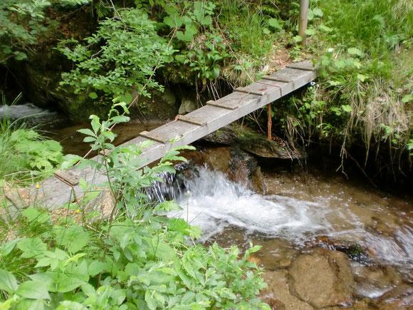 Das ist dann diese gefährliche legendäre Brücke über dem Bach