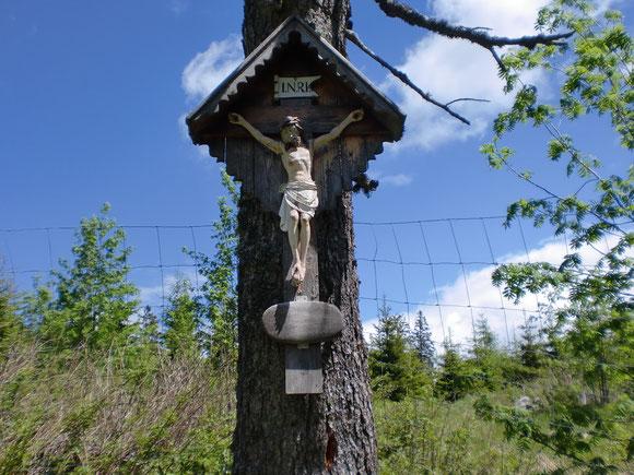 Nochmals ein schönes Kreuz am Wegrand und schönes Wetter kündigt sich an.