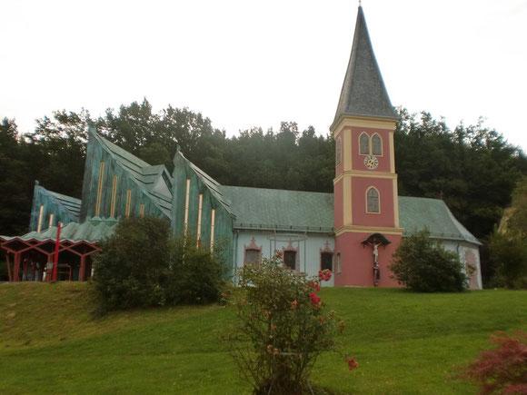 Aufbruch am 6.Sept.2011 in Thal bei Graz in der Morgendämmerung.Leider ist die schöne Kirche versperrt und wir bekommen auch keinen Pilgersegen