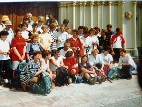 Wieder ein Gruppenbild vor der Pforde der Basillika nach einen eindrucksvollen Gottesdienst mit Pfarrer Stoff vom LKH