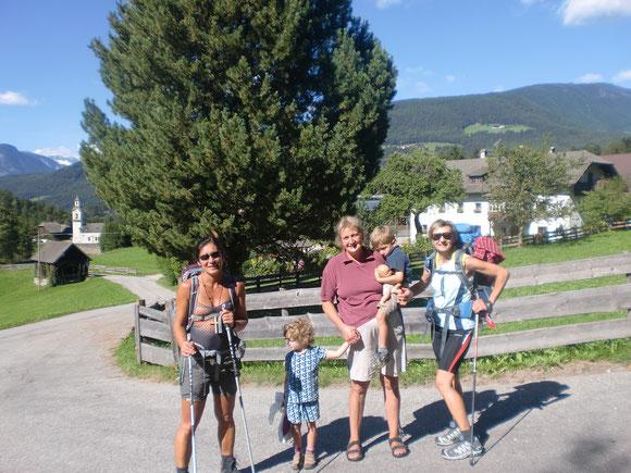 Es ist nicht mehr weit nach Bruneck,erzählt uns diese nette Bäuerin mit ihren Zwillingen. Wir halten ein kurzes Plauscherl mit ihr