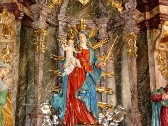 Ein wunderschönes Altarbild von meiner geliebten Himmelskönigin,sie begleitet uns ja auch auf diesen Weg