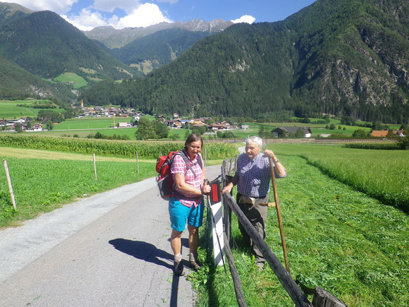 Unser Weg führt jetzt über blühende Wiesen und wir haben herrliche Ausblicke so wie hier zu den Zillertaler Alpen. Der freundliche Bauer erklärt uns die Namen der Gipfel