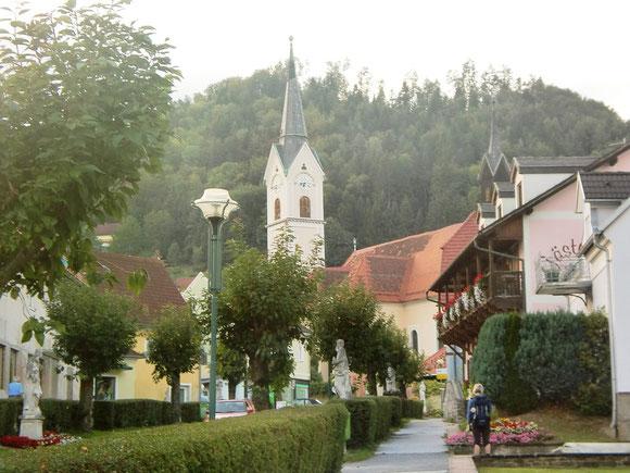 Bei Abendstimmung und 7Uhr läuten gehen wir auf die Kirche von Maria Lankowitz zu