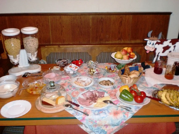 Vom bescheidenen Pilgerleben keine Spur,so sieht der Frühstückstisch am Tag 4 aus