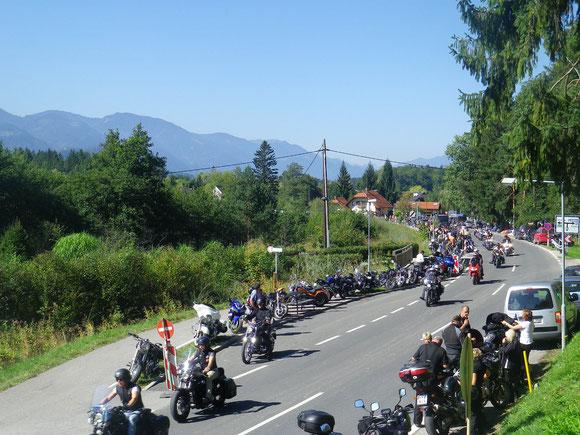 Im Raum Egg am Faakersee,es brummt der ganze Talkessel.70 000 Harleys sollen es sein,die hier an der Veranstaltung teilnehmen.Wir kommen aus dem Staunen nicht heraus