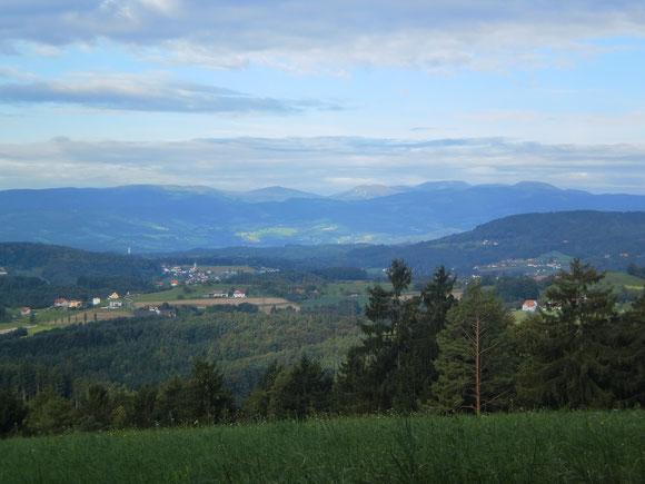 Ein Blickfeld tut sich auf. Wir sehen einen Großteil des Bezirkes Voitsberg vor uns liegen und ein Ausblick ist bis zur Stub-und Gleinalm