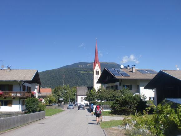 Zur Mittagszeit liegt Oberolang vor uns und wir haben bei diesen prächtigen Wetter herrliche Aussichten zum Kronplatz und den Dolomiten
