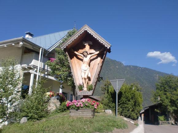 Dieses erwürdige Holzkreuz steht in Stilfs