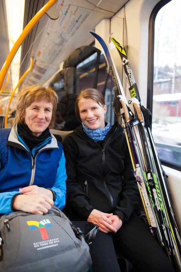 スキーに向かうハルムさん母娘 Photo: Asaki Abumi
