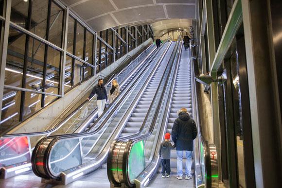 国会議事堂にあるStortinget駅のよう。このような長く深いエスカレーターが3回続き、地上に出る Photo: Asaki Abumi