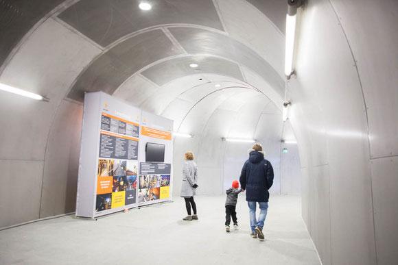 冷たい氷のトンネルを歩いているかのような通路。雪国の自然を連想させる建築は北欧ならでは Photo: Asaki Abumi