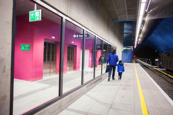 地下鉄カラーとしては斬新なショッキングピンク Photo: Asaki Abumi